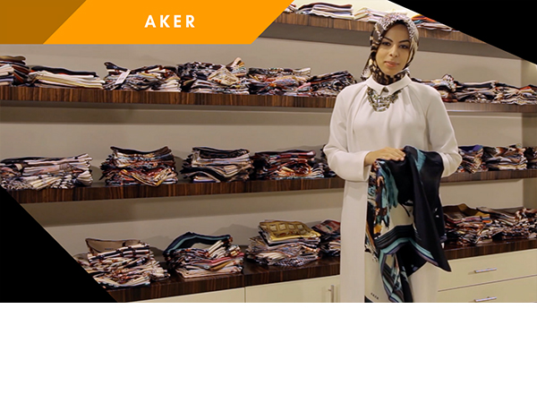 "<span>Aker Krep Saten Eşarp</span><i><img class=""portfolyo-tusu"" src=""/wp-content/uploads/2018/07/play.png"" ></i>"